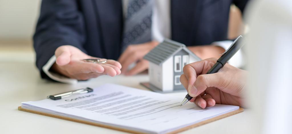 signing a loan for a home purchase | Plantech | Σύμβουλοι Επιχειρήσεων | Κατασκευή Ιστοσελίδων | Ιωάννινα